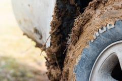 Пакостный крупный план колеса и грязь надписи на автошинах стоковые изображения rf
