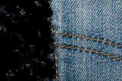 Пакостный крупный план grunge устарелой текстуры джинсовой ткани голубых джинсов карманной, предпосылка макроса для вебсайта или  Стоковая Фотография