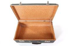 пакостный пылевоздушный изолированный старый чемодан Стоковое фото RF