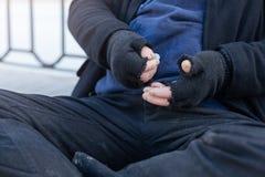 Пакостный человек подсчитывая его деньги Стоковая Фотография