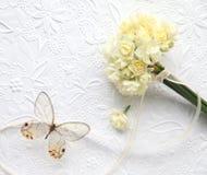Палевые цветки с бабочкой на выбитой предпосылке Стоковое Изображение