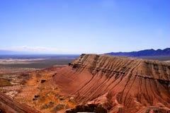 Палеонтологические горы Красные горы, песчаник Взгляд от верхней части, с другими утесами Национальный парк Altyn Emel, Азия стоковое фото