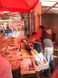 ПАЛЕРМО, ИТАЛИЯ - могут 14, 2015: старый традиционный рынок продукта моря в разбивочном городе, Сицилии Стоковое фото RF