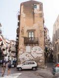 ПАЛЕРМО, ИТАЛИЯ - могут 14, 2015: художник на стене, современное искусство улицы картины, граффити, Сицилия Стоковое фото RF
