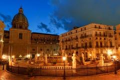 Палермо, Сицилия, Италия - взгляд ночи фонтана стыда на барочном квадрате Претории на ноче Стоковые Фото