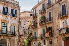 Палермо, Sicilia, Италия: Взгляд улицы старых зданий стоковое фото