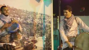 Палестинские совершители выполняя традиционную музыку на глобальной деревне видеоматериал