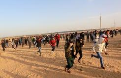 Палестинцы принимают участие в демонстрация, на границе Газа-Израиля стоковые изображения rf