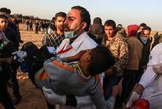 Палестинцы принимают участие в демонстрация, на границе Газа-Израиля стоковые изображения