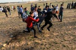 Палестинцы принимают участие в демонстрация, на границе Газа-Израиля стоковое фото rf