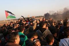 Палестинцы принимают участие в демонстрация, на границе Газа-Израиля стоковая фотография rf