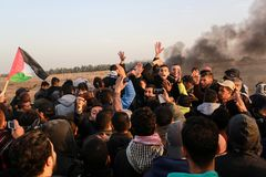 Палестинцы принимают участие в демонстрация, на границе Газа-Израиля стоковые фотографии rf