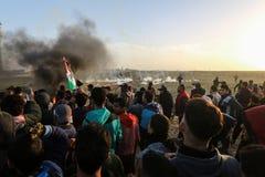 Палестинцы принимают участие в демонстрация, на границе Газа-Израиля стоковое изображение