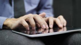 Палец двигая быстро проводящ пальцем по наркомании интернета просматривать планшета приложений применения занимаясь серфингом видеоматериал