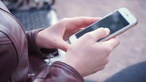 Палец девушки управляет экраном smartphone сток-видео