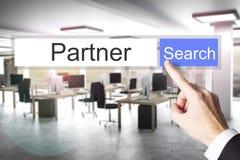 Палец нажимая голубое датировка партнера кнопки поиска стоковая фотография rf