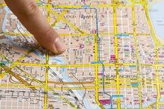 Палец на карте Стоковые Фото
