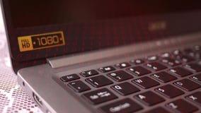 Палец отжимает кнопку избежания на ноутбуке HD с красным бинарным верхним слоем акции видеоматериалы