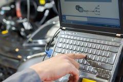 Палец отжимая ключ на клавиатуре компьютера Стоковые Изображения RF