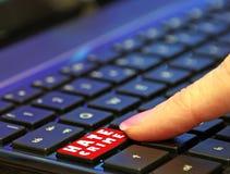 Палец потребителя преступления на почве ненависти сети онлайн интернета опасности темный отжимая нажимающ компьютер красной кнопк стоковая фотография rf