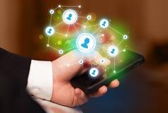 Палец указывая на smartphone, социальную концепцию сети Стоковое Изображение RF