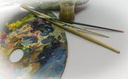 Палитра для красок, стекла и щетки для красок Белая предпосылка Стоковая Фотография RF