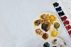 Палитра палитры акварели и круга акриловых красок цвета на белой предпосылке Стоковые Фотографии RF