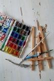 Палитра с краской акварели Новые, художнические дизайны Творческий космос художника стоковая фотография rf