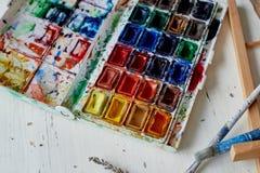 Палитра с краской акварели Новые, художнические дизайны Творческий космос художника стоковое изображение rf