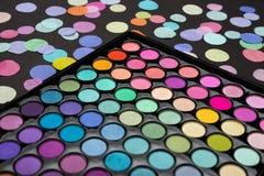 Палитра теней для век макияжа с разбросанным confetti на черной предпосылке стоковая фотография rf