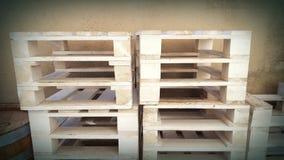 паллеты штабелируют деревянное Стоковые Фотографии RF