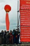 паломники ждут рядом с большим китайским знаком во время правительственного объявления стоковое изображение rf