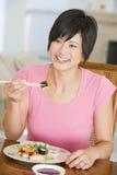 палочки есть женщин mealtime еды стоковые фото