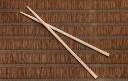 Палочки на bamboo предпосылке стоковые изображения