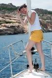 палуба брюнет представляя детенышей яхты Стоковые Фотографии RF