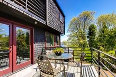Палуба с мебелью красивейшей самомоднейшей домашней весны. стоковое фото rf