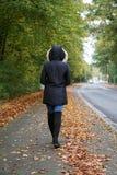 Пальто и ботинки зимы непознаваемой женщины нося идя вниз с улицы Стоковое Изображение RF