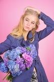 Пальто носки фотомодели девушки на сезон весны и осени Тенденция моды пальто канавы Модное пальто Иметь стоковое фото