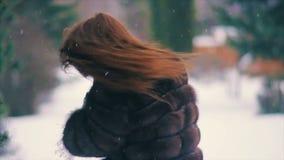 Пальто талии брюнет коричневого меха с замедленным движением волос летания акции видеоматериалы