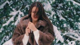 Пальто талии женщины брюнет богатое коричневого меха на предпосылке замедленного движения рождественской елки сток-видео