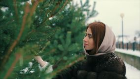 Пальто талии женщины брюнет богатое коричневого меха около замедленного движения рождественской елки акции видеоматериалы