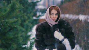 Пальто талии женщины брюнет коричневого меха в замедленном движении шарфа идя сток-видео