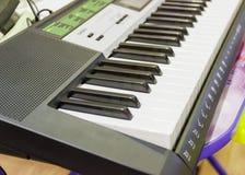 Пальцы закрывают вверх на sinthesizre ключей рояля стоковые изображения rf