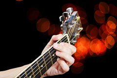 Пальцы крупного плана на шеи гитары Стоковая Фотография