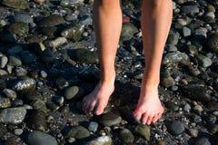 Пальцы ноги девушки на пляже стоковое фото