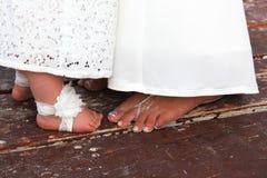 Пальцы ноги девушки невесты и цветка стоковая фотография rf