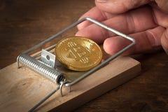 Пальцы поглощенные в ловушке bitcoin стоковая фотография