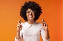 Пальцы положительного Афро-американского парня пересекая, делая желание стоковые изображения rf