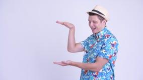 Пальцы счастливого молодого красивого туристского человека щелкая и показывать что-то акции видеоматериалы