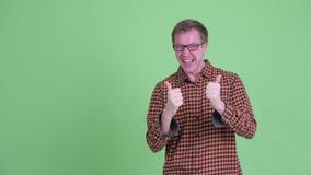 Пальцы счастливого молодого человека хипстера щелкая и хорошие новости получать акции видеоматериалы